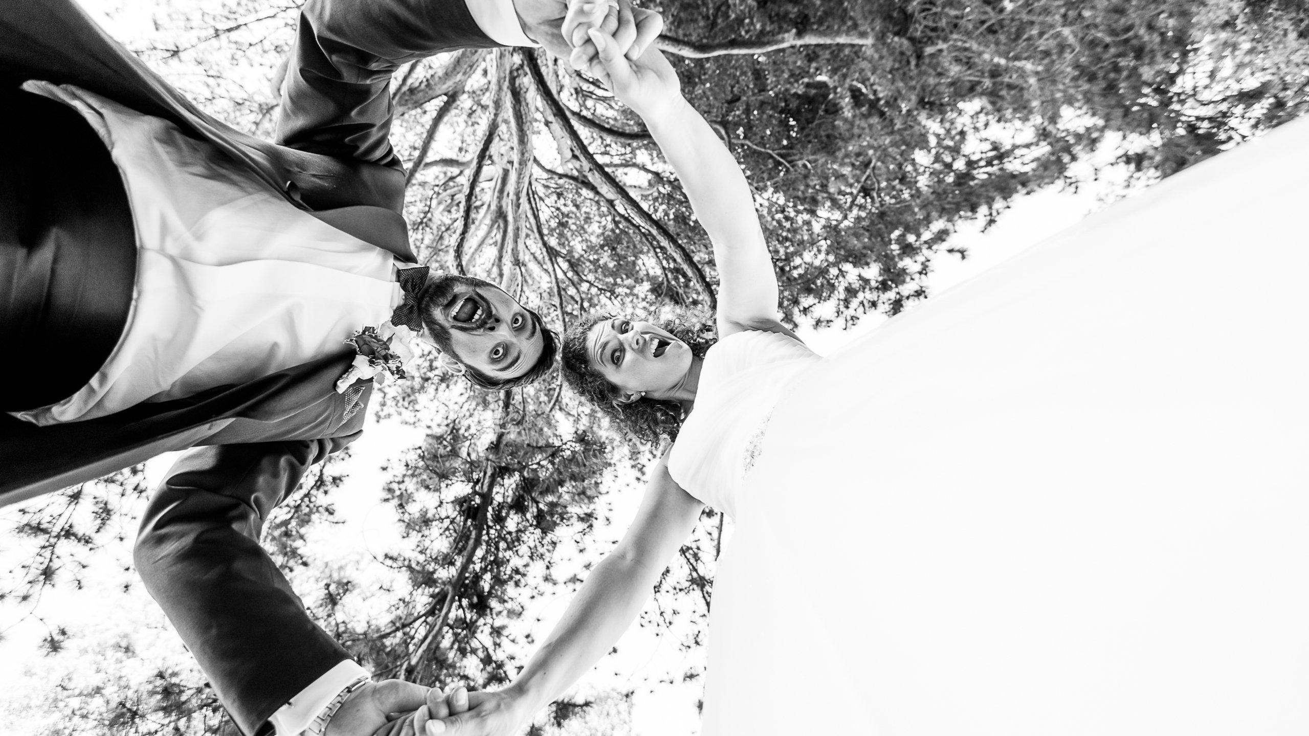 Lustiges Hochzeitspaar mit Grimassen, lustige Hochzeitsfotos