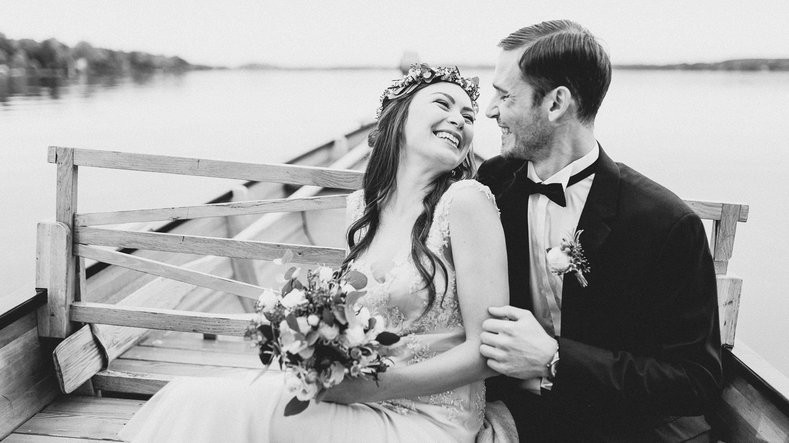 Hochzeitspaar auf Boot im Starnberger See bei München