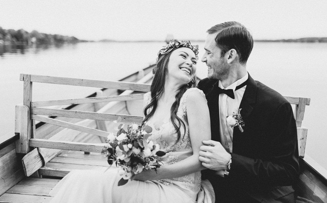Weddingshooting am Starnberger See mit Boot im Herbst, Vintage und Boho mit Haarkranz, von Jung und Wild design aus München