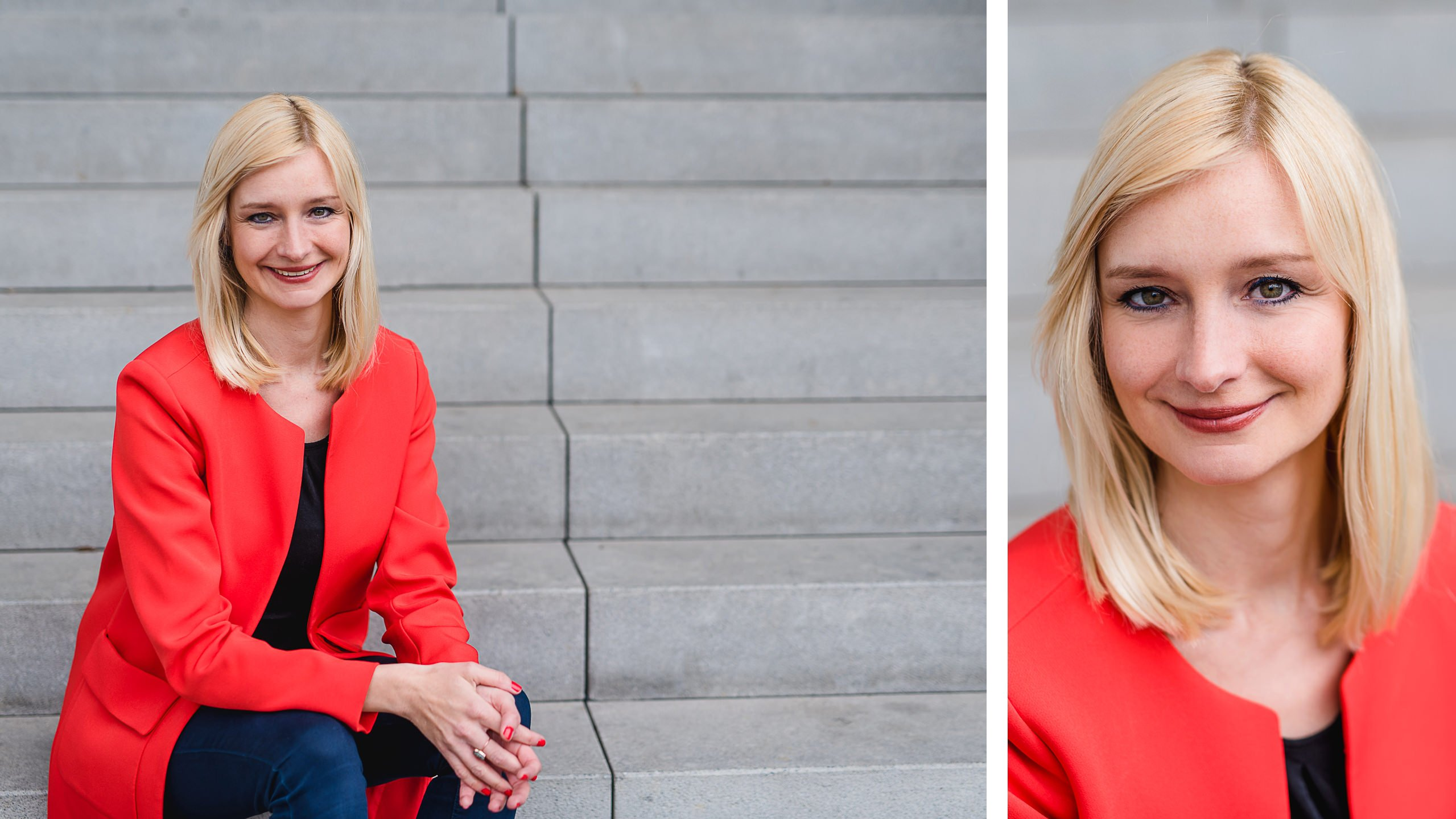 Moderne Bewerbungsphotos in rotem Blazer in München, Blonde Frau vor grauem Hintergrund, sitzend