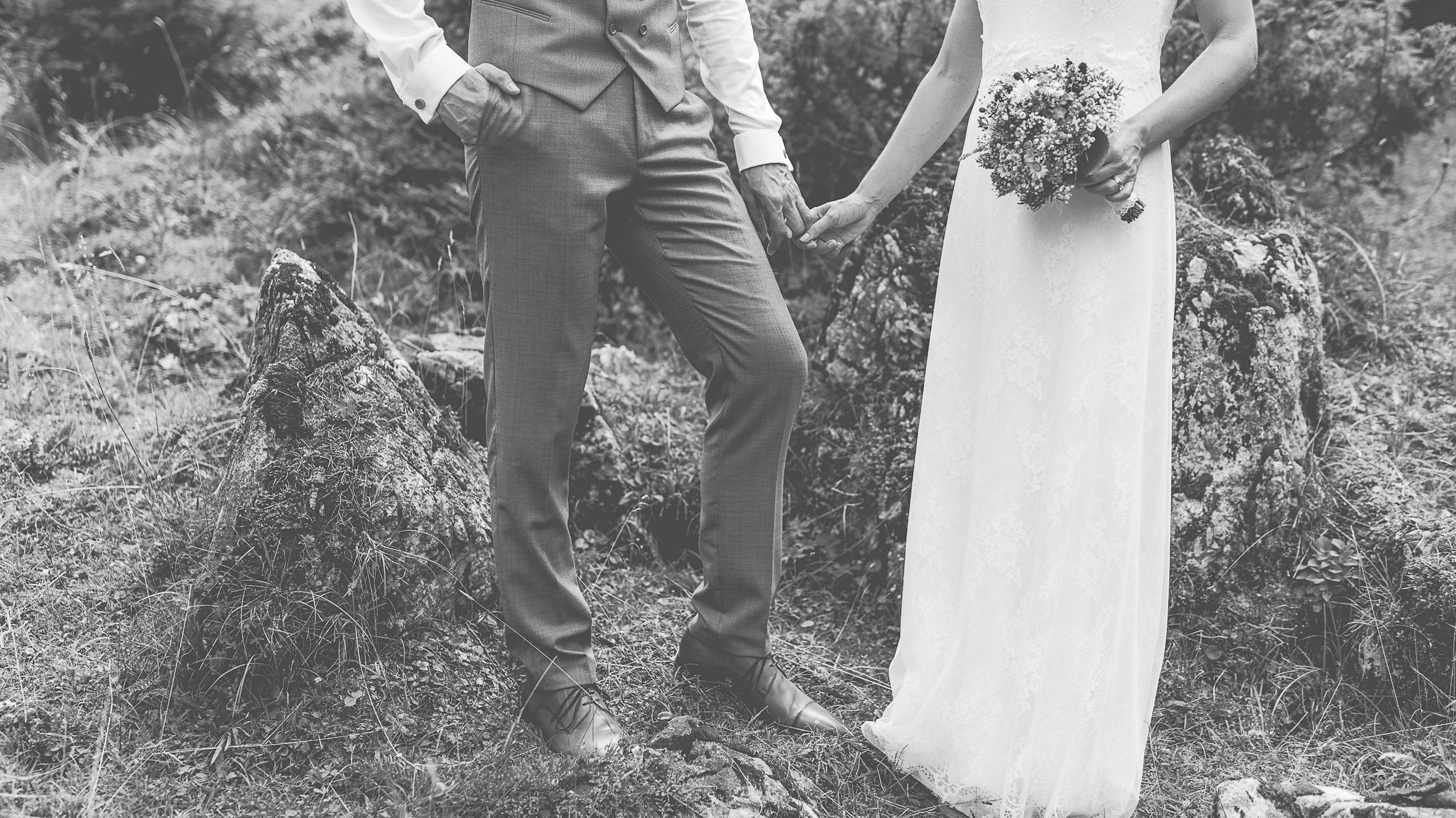 Lässige Hochzeit in den Bergen Österreichs, Bergpanorama, Spitzenkleid, Jung und Wild design Mica Zeitz
