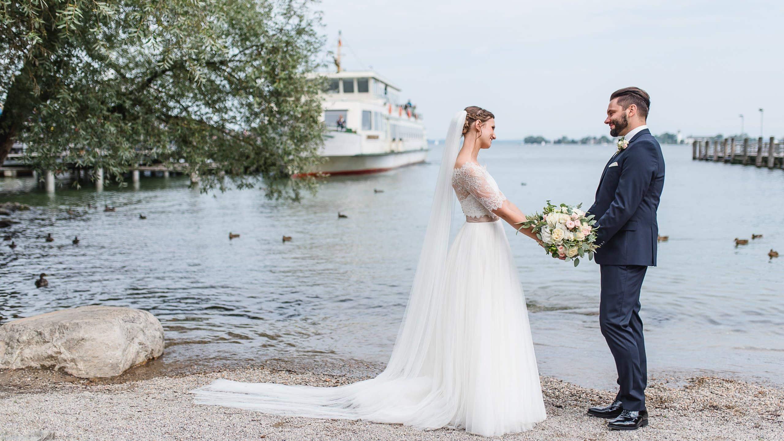Hochzeitspaar am See, Spitzenjäckchen und Fliege, Chiemsee, Achental, Jung und Wild design, Mica Zeitz