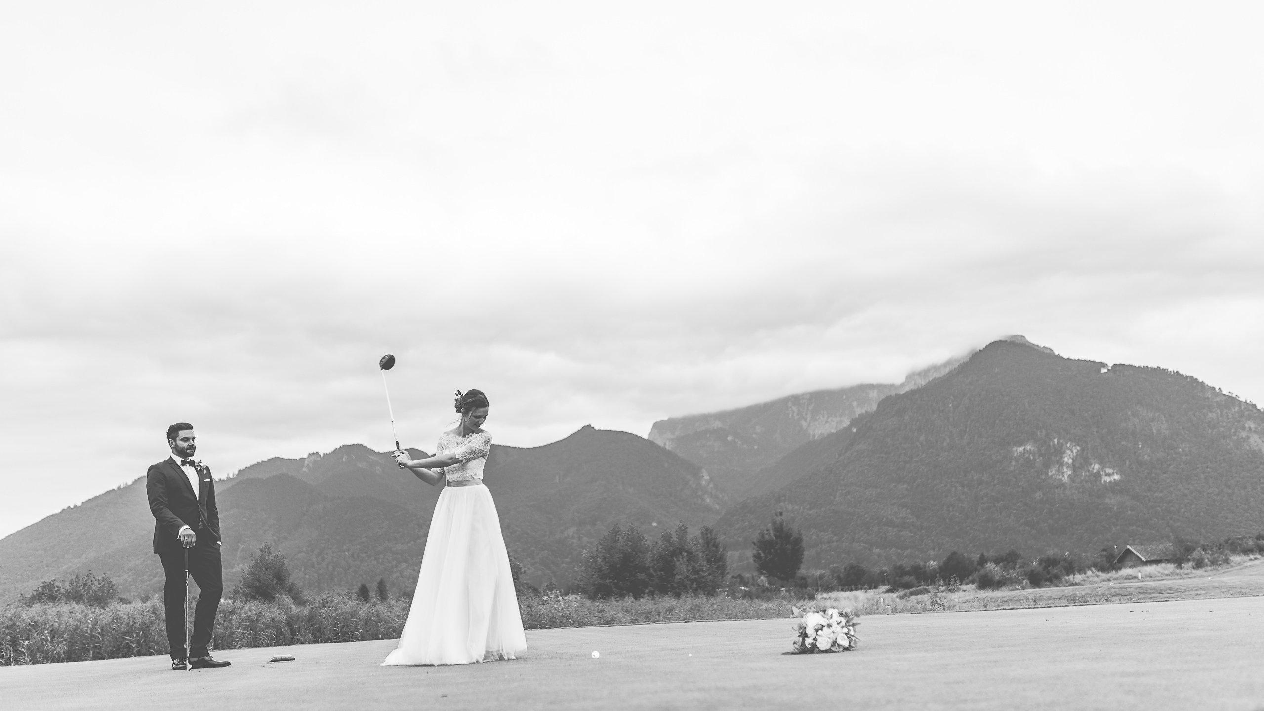 Hochzeitspaar beim Golfspielen am Chiemsee, Golfliebe