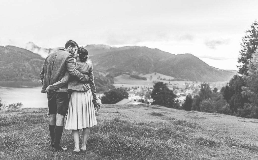Regenhochzeit von Jung und Wild design, Mica Zeitz, am Schliersee in Bayern, in Dirndl und Lederhosen heiraten