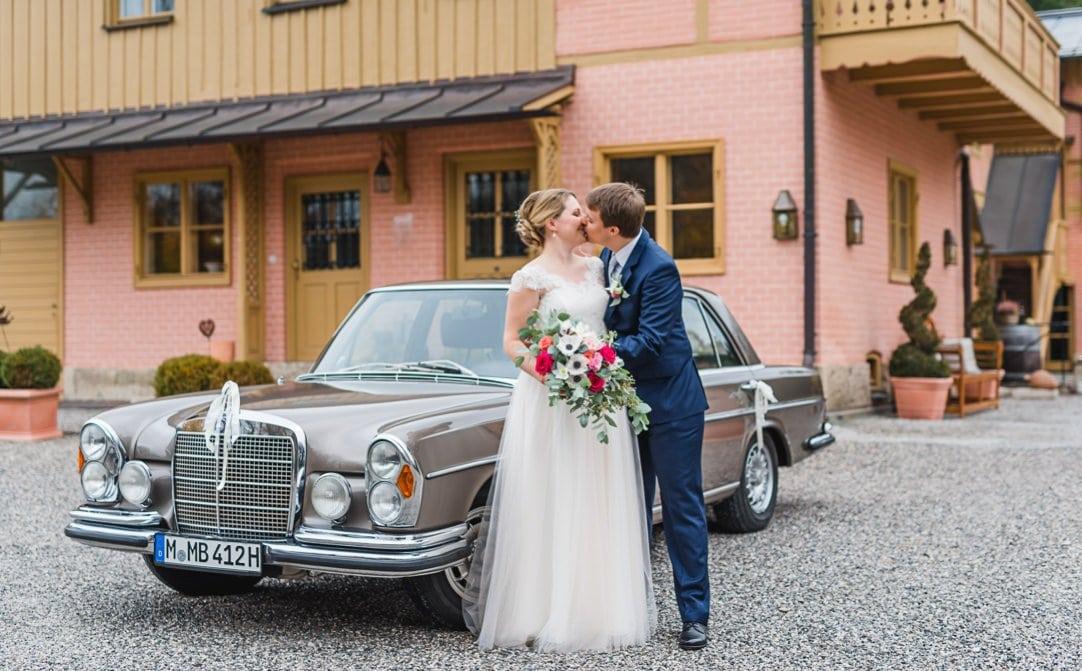 First Look im LaVilla am Starnberger See, Brautstrauß von das Blühende Atelier, Brautauto, Kleid von LaRobe Marie, Jung und Wild design