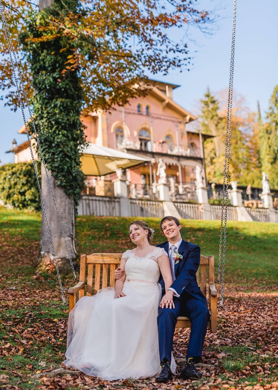 Hochzeitsportraits am Starnberger See im LaVilla auf der Schaukel, Weddingshoot mit Sonne im Herbst, Jung und Wild design, Starnberger See