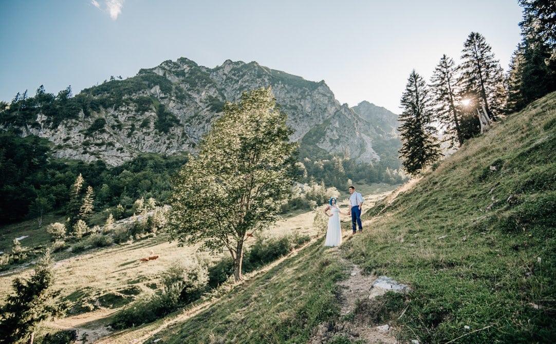 Jung und Wild design - Traumhochzeit auf der Wuhrsteinalm mit freier Trauung und Sonne, Braut mit blauen Haaren, in den Alpen