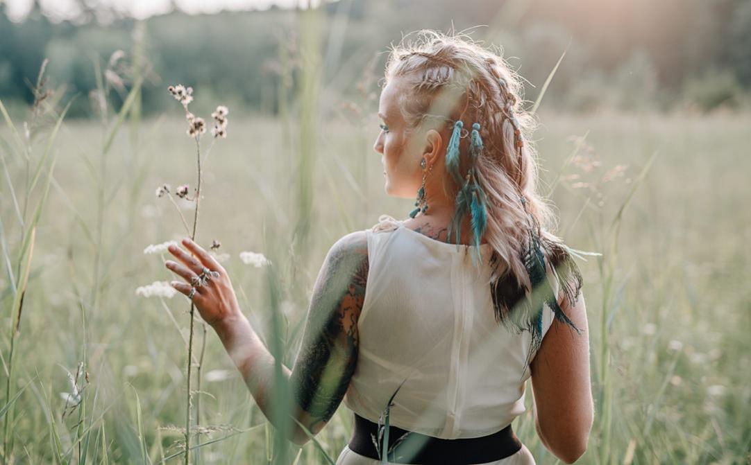 Jung und Wild design - kreative Portraits im Wald bei Abendsonne in der Nähe von München