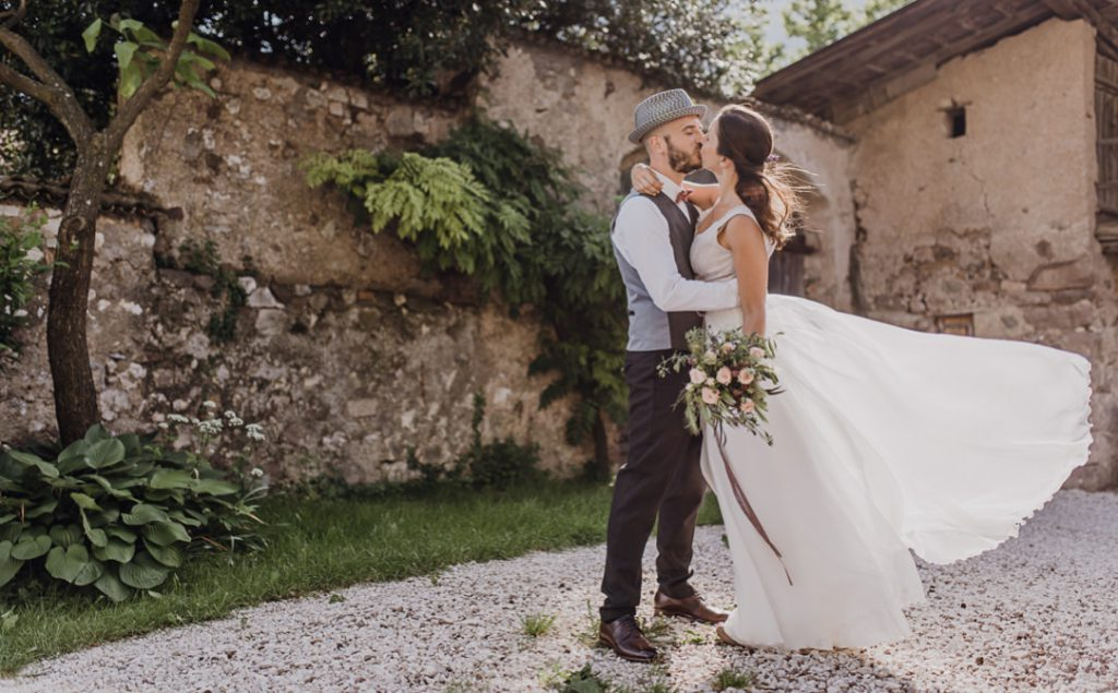 Jung und Wild design - einzigartige Hochzeitsfotografie in Südtirol, Brautpaarshooting Indoor, heiraten in Italien