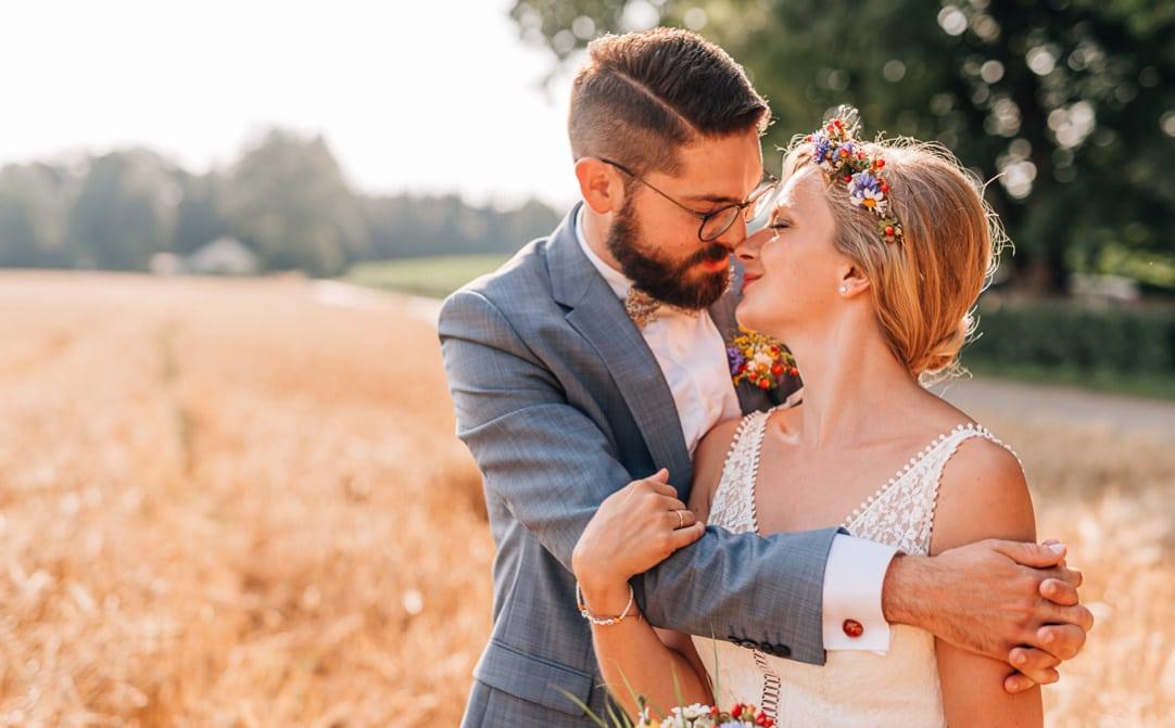 Jung und Wild design - Hochzeitsreportage Sommerhochzeit im Waldhaus zur alten Tram bei Grünwald, verliebtes Paar im Weizenfeld