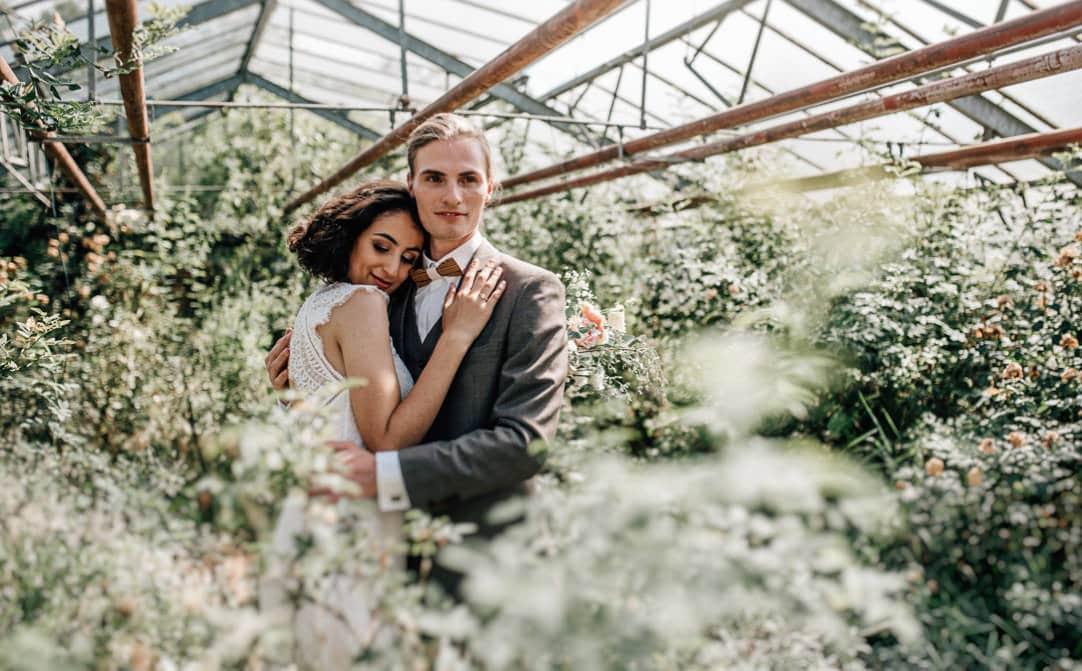 Jung und Wild: Inpsirationsshooting Heiraten im Gewächshaus in der alten Gärtnerei in Taufkirchen, Rosa neu interpretiert mit Pastell und Grau