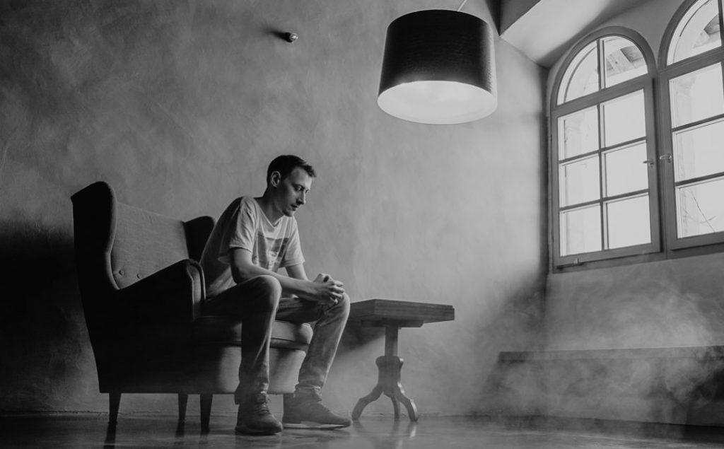 Jung und Wild design - authentische Portraitfotografie, Männerportrait mit Fensterlicht in renoviertem italienischen Herrenhaus