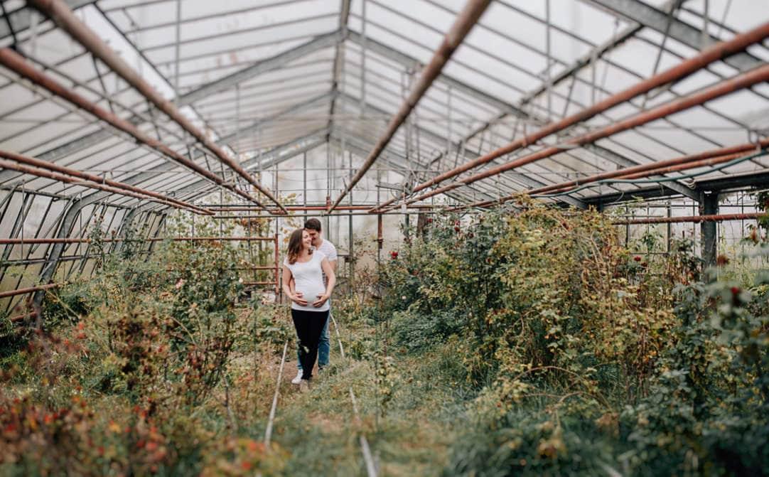 Jung und Wild design: Babybauchfotos in der First Year Session in der alten Gärtnerei bei Regen