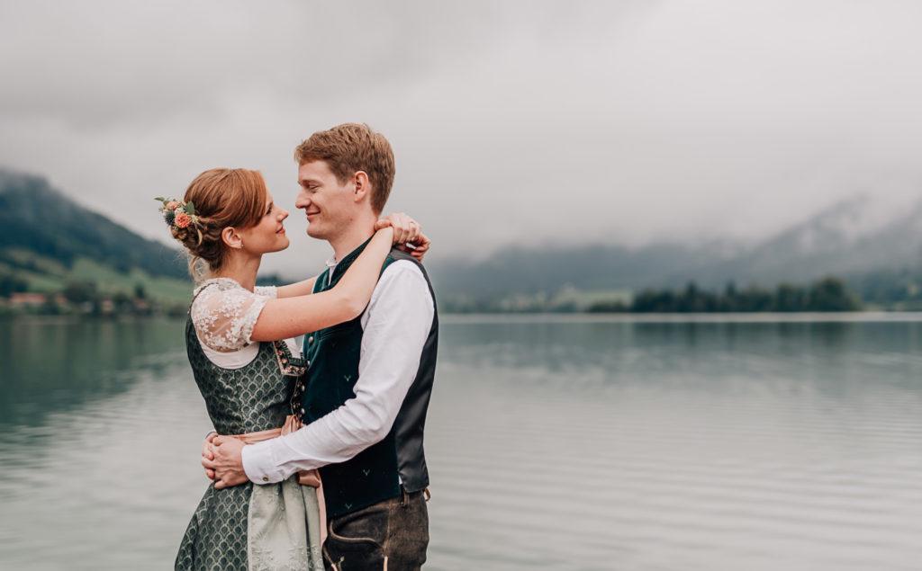 Jung und Wild design: Hochzeitsreportage Standesamt am Schliersee bei Nieselregen und Wolken, Trauung im Standesamt Schliersee