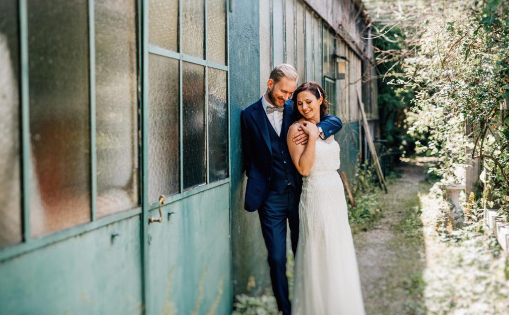 Jung und Wild design: Hochzeitsfotoshoot mit Brautpaar in der alten Gärtnerei in Taufkirchen mit Sonne