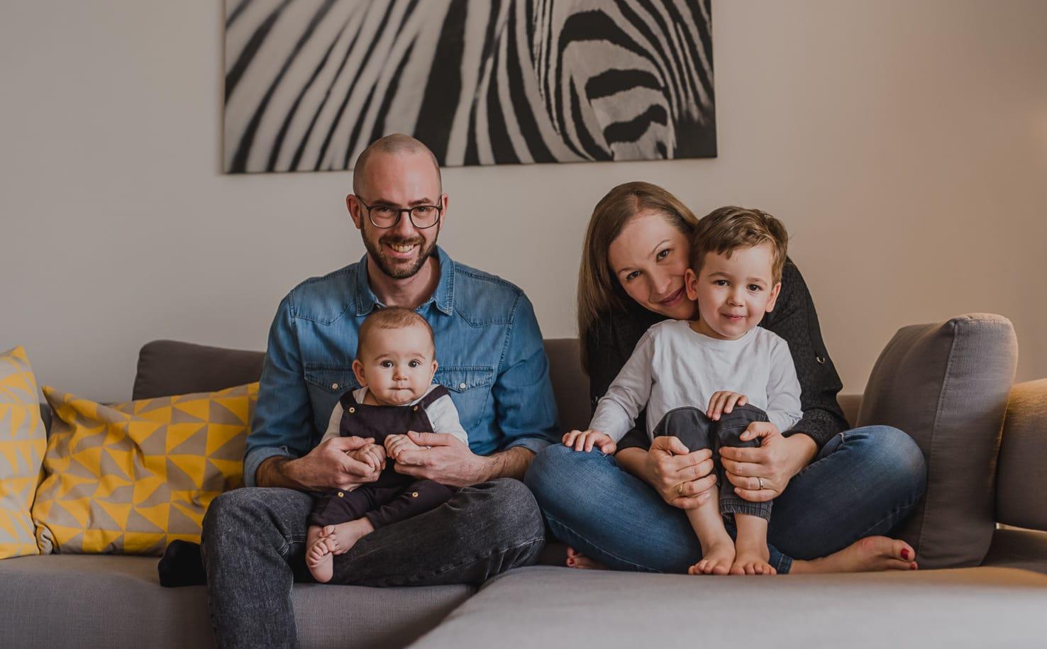 Familienshooting zu Hause: Homestory im Winter mit 2 Kids in München