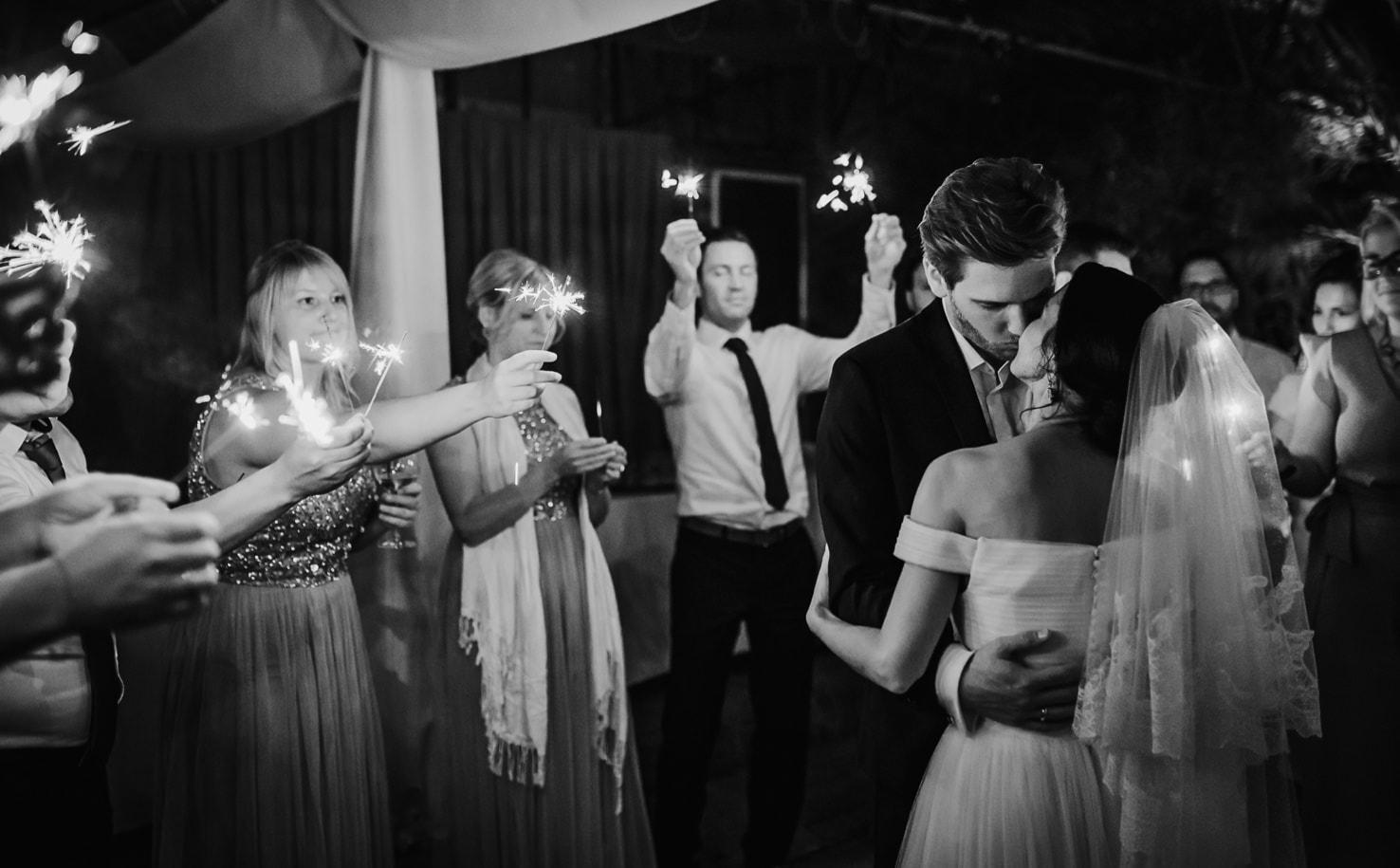 Professionelle Hochzeitsfotos in der Alten Gärtnerei bei Regen von Mica Zeitz, Jung und Wild design bei München, Pfaffenhofen, Ingolstadt