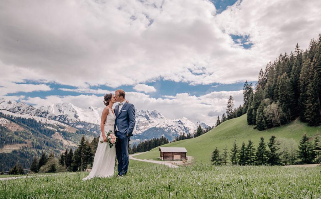 Heiraten am Berg - romantische Alpenhochzeit im Zillertal auf der Rösslalm und im Regionalmuseum, professionelle Hochzeitsfotos von Mica Zeitz von Jung und Wild design