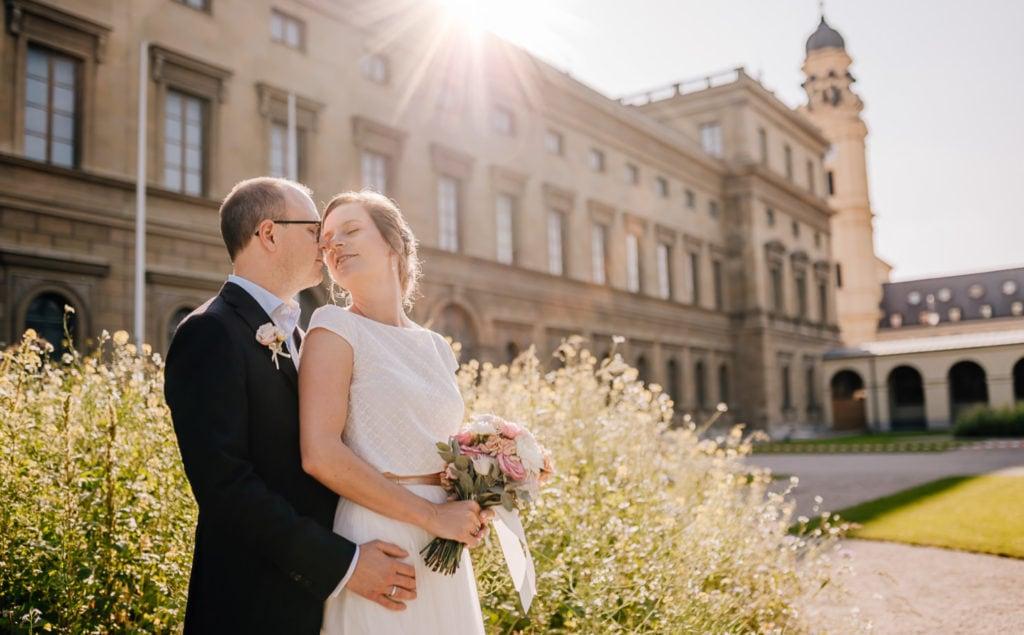 Jung und Wild design - Urbane Hochzeit in München, Sommerhochzeit, Gabelspiel, Portraits in der Innenstadt, Stadthochzeit, Hochzeitsfotos in und um München