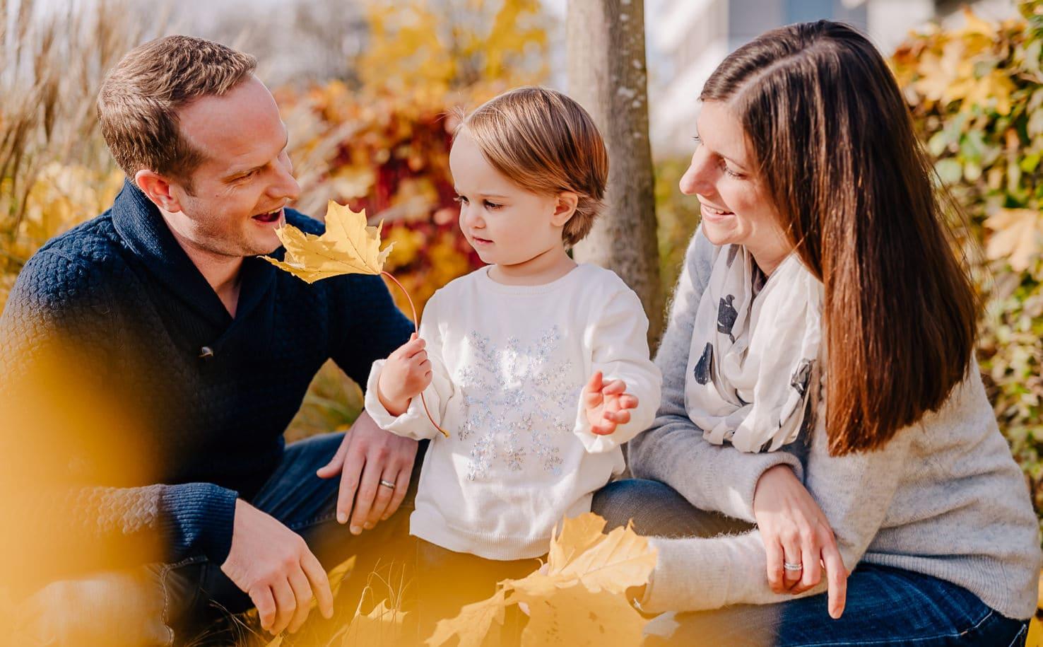 Kindgerechte Familienfotos in und um München, Familienfotos Ende November im Herbstlaub - Jung und Wild design