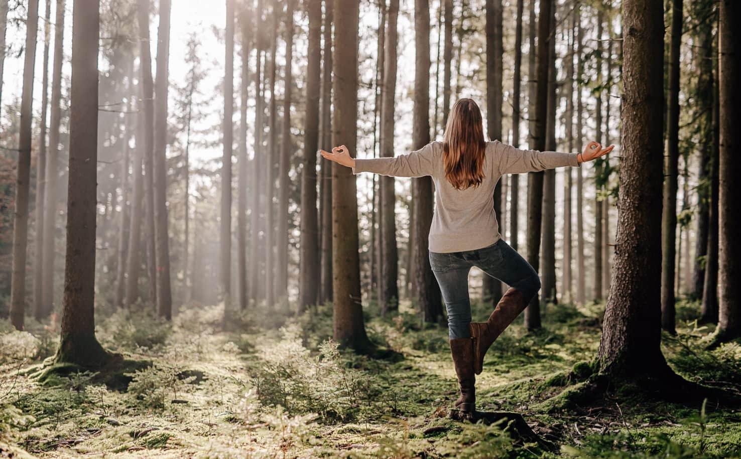 Professionelle Businessportraits: Yoga Fotos im Wald, Yogaportrait, Naturfotos, natürliche Businessportraits von Jung und Wild design